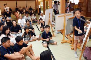 自分が調べた偉人について発表する子どもたち=佐賀市の佐賀城本丸歴史館