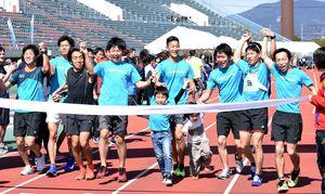 初優勝を飾ったRUNPIECEのメンバー=佐賀市の県総合運動場陸上競技場