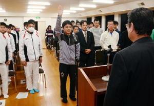 「最後まで精いっぱい走り抜く」と選手宣誓する松浦啓太主将(中央)=太良町中央公民館