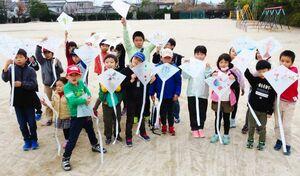 思い思いのデザインに仕上げたたこを手に、笑顔を見せる子どもたち=佐賀市の若楠小学校