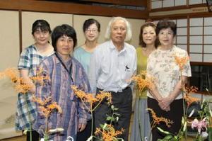 講師の峯博海さんを囲んで=厳木町中島公民館