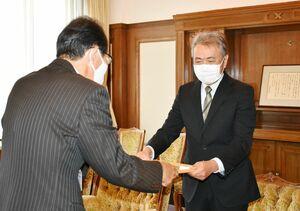 表彰状を受け取った岩田達也さん(右)=佐賀県庁