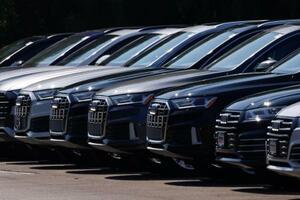 販売店に並ぶ新車=23日、米カリフォルニア州(ロイター=共同)