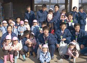 大立寺幼稚園との農業交流が完結し、園児から感謝の気持ちを込めた手作りの首飾りなど受け取った神埼清明高みどり系列3年生=神埼市