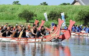 遣唐使船レースで白熱した戦いを繰り広げる出場チーム=佐賀市の嘉瀬川