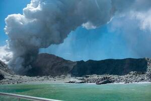 9日、ニュージーランドの火山島ホワイト島の噴火(MICHAEL SCHADE提供、AP=共同)