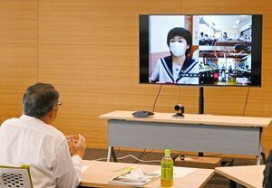 まちづくりなどについてオンラインで松本茂幸市長(左)と話す生徒たち=神埼市役所