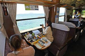 有田-松浦間を往復し、車窓からの景色やご当地グルメの弁当などを楽しめる列車ツアー=長崎県松浦市
