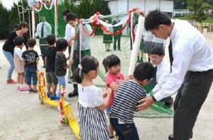 多久高の生徒が作ったゴールポストに触る園児ら=多久市北多久町の和光保育園
