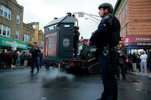 10日、発砲事件の現場に到着した治安当局者ら=米ニュージャージー州ジャージーシティー(AP=共同)