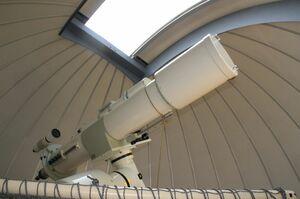 惑星の観察にお勧めの口径20センチの屈折赤道儀望遠鏡。昼間は太陽の観察も可能