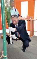 安全祈願祭で刈り初めの儀を行う古賀理事長=上峰町坊所