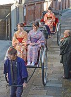 着物姿の女性を乗せ、細い路地を進む人力車=有田町上幸平