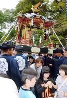 健康などを願ってみこしをくぐる見物客=白石町の稲佐神社