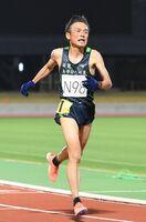 男子1万メートル決勝で33分39秒52を記録し、マスターズ世界記録を上回った岩永義次さん=昨年11月28日、佐賀市のSAGAサンライズパーク陸上競技場