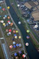 競技エリアで立ち上がり、離陸を始める色とりどりのバルーン=佐賀市の嘉瀬川河川敷上空