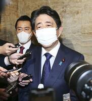 「桜を見る会」を巡り、記者の質問に答える安倍前首相=11月、国会