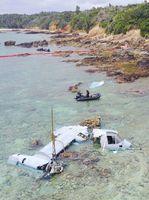 浅瀬で大破した米軍の輸送機MV22オスプレイ=2016年12月15日、沖縄県名護市沿岸部(小型無人機から)