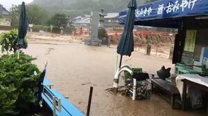 川から水があふれ、濁流で冠水した店舗前=鹿島市古枝(提供動画からコマ落とし)