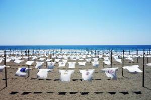 高知県黒潮町の砂浜美術館で毎年行われているTシャツアート展の様子
