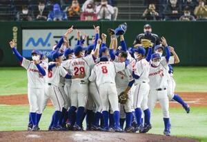 NTT東日本を破って優勝を決め、喜ぶホンダナイン=東京ドーム