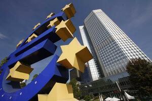 ドイツのフランクフルトにある欧州中央銀行(ECB)の本部前に見えるユーロのロゴ(ロイター=共同)