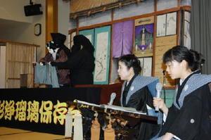 「傾城阿波鳴門」を語る竹本鳴子太夫(左)と孫の森佐和子さん(中学3年)=唐津市の旅館洋々閣