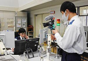 110番に関する動画制作のため、撮影に臨む警察官=昨年12月10日、佐賀市の県警本部