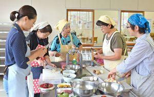 協力して有田の郷土料理を作る参加者=有田町生涯学習センター