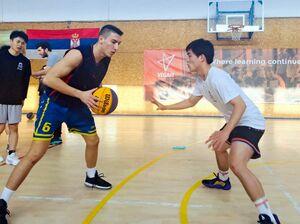 トレーニングに励む両国の選手たち=セルビア共和国ノヴィサド市のトレーニング施設(レオブラックス提供)