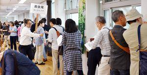 期日前投票の行列に並ぶ有権者=佐賀市役所4階