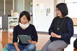 参加者の一日がうまくいく条件を探る講師の北村朱里さん(右)=佐賀市のほほえみ館