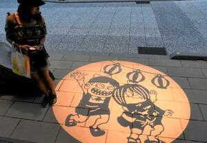 水木しげるロードに映し出された期間限定の妖怪影絵=1日夜、鳥取県境港市