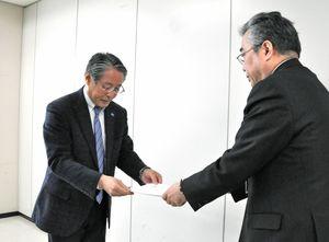 石橋産業労働部長(右)に要請書を手渡す連合佐賀の青柳会長=佐賀県庁