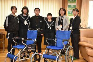 車いす2台を贈った児童生徒代表と、ぬくもいホームの施設長ら=多久市の東原庠舎東部校