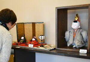 江戸ちりめんや古布の衣装をまとった御所衣装人形=佐賀市のあづま堂