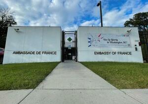 大使召還が発表された在米フランス大使館=17日、ワシントン(ロイター=共同)