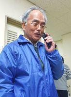 くじ引きでの当選が決まり、祝福の電話に応える樋渡徹さん=有田町の有田体育センター