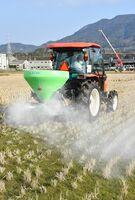 トラクターを使って石灰を散布する農家=杵島郡大町町
