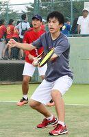テニス男子ダブルスで準優勝した佐賀西の諸隈颯(右)、久光諒組=SAGAサンライズパーク庭球場