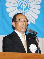 総会であいさつをする県退職校長会の井上和洋会長=佐賀市のグランデはがくれ