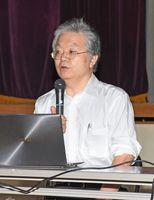 娘を事故で失った辛さなどを話し、命の大切さを伝える浜崎満治さん=基山町の東明館