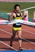 フルマラソン男子で県勢最高2位の鬼塚智徳=佐賀市の県総合運動場陸上競技場