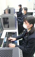放課後に約2時間、対戦ゲームを練習する佐賀商高の情報処理部eスポーツ部門=佐賀市の同校