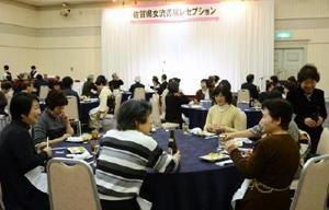 近況報告などで会話が弾む会員ら=佐賀市のマリトピア