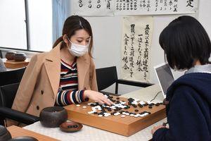 決勝戦で見事3連覇を果たした松田彩李さん(左)=佐賀市の日本棋院佐賀中央支部