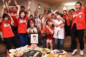 リーグ3連覇が決まり喜ぶ父義雄さん(前列左から3人目)ら。母孝子さんの遺影も見守った=鳥栖市の緒方監督の実家