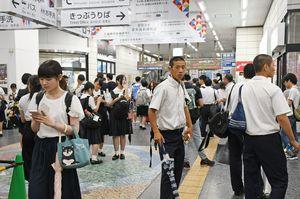 大雨の影響で、午後の授業が中止となった高校生らで混雑するJR佐賀駅構内=午後2時20分、佐賀市