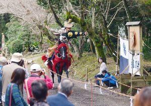 大勢の観客を前に披露される流鏑馬=白石町の妻山神社