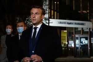 16日、フランス・コンフランサントノリーヌの事件現場付近で話すマクロン大統領(AP=共同)
